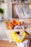 Άσπρο καλάθι με ποικίλο ψωμί Στοκ Εικόνες