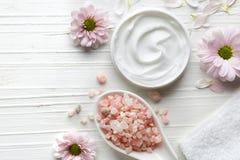Άσπρο καλλυντικό άλας κρέμας και λουτρών Στοκ Εικόνα