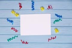 Άσπρο κενό έγγραφο με τις ζωηρόχρωμες κορδέλλες γύρω Στοκ Εικόνες