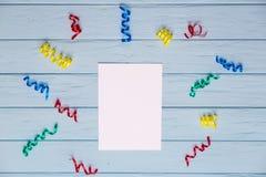 Άσπρο κενό έγγραφο με τις ζωηρόχρωμες κορδέλλες γύρω Στοκ φωτογραφίες με δικαίωμα ελεύθερης χρήσης