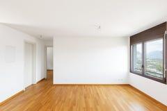 Άσπρο κενό δωμάτιο με το παρκέ στο σύγχρονο διαμέρισμα στοκ εικόνες με δικαίωμα ελεύθερης χρήσης