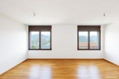 Άσπρο κενό δωμάτιο με το παρκέ στο σύγχρονο διαμέρισμα στοκ εικόνες