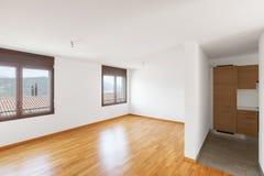 Άσπρο κενό δωμάτιο με το παρκέ στο σύγχρονο διαμέρισμα στοκ φωτογραφία με δικαίωμα ελεύθερης χρήσης