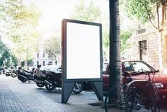 Άσπρο κενό πρότυπο στη στάση λεωφορείου Στοκ φωτογραφία με δικαίωμα ελεύθερης χρήσης