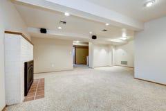 Άσπρο κενό δωμάτιο υπογείων με την εστία στοκ φωτογραφίες με δικαίωμα ελεύθερης χρήσης