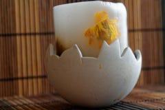 Άσπρο κερί κεριών περίκομψο με τα λουλούδια άνοιξη σε ένα κηροπήγιο Στοκ Εικόνες