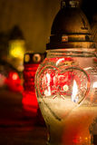 Άσπρο κερί με την καρδιά στο νεκροταφείο ενώ ημέρα όλων των Αγίων Στοκ φωτογραφίες με δικαίωμα ελεύθερης χρήσης