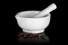 Άσπρο κεραμικό κονίαμα με το γαρίφαλο Στοκ φωτογραφία με δικαίωμα ελεύθερης χρήσης