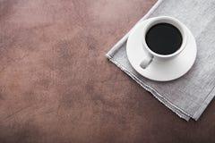 άσπρο κεραμικό φλυτζάνι με το μαύρο καφέ Στοκ Φωτογραφία