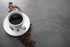άσπρο κεραμικό φλυτζάνι με το μαύρο καφέ Στοκ φωτογραφίες με δικαίωμα ελεύθερης χρήσης