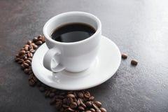 άσπρο κεραμικό φλυτζάνι με το μαύρο καφέ Στοκ Εικόνες