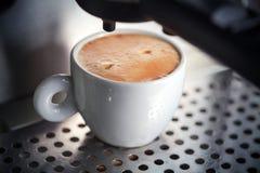 Άσπρο κεραμικό φλυτζάνι του φρέσκου espresso με τον αφρό Στοκ Φωτογραφίες