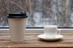Άσπρο κεραμικό φλυτζάνι και φλυτζάνι χαρτονιού Στοκ Φωτογραφία