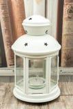 Άσπρο κηροπήγιο με τα αστέρια και το κερί στοκ φωτογραφίες