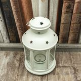 Άσπρο κηροπήγιο με τα αστέρια και το κερί στοκ φωτογραφία με δικαίωμα ελεύθερης χρήσης