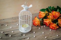 Άσπρο κηροπήγιο υπό μορφή κλουβιού με ένα πουλί Στοκ φωτογραφία με δικαίωμα ελεύθερης χρήσης