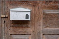 Άσπρο κιβώτιο επιστολών στο παλαιό ξύλο Στοκ φωτογραφία με δικαίωμα ελεύθερης χρήσης