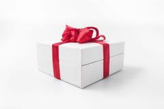 Άσπρο κιβώτιο με ένα κόκκινο δώρο τόξων Στοκ φωτογραφία με δικαίωμα ελεύθερης χρήσης