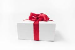 Άσπρο κιβώτιο με ένα κόκκινο δώρο τόξων Στοκ Εικόνα