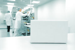 Άσπρο κιβώτιο στην αυτοματοποιημένη γραμμή παραγωγής Στοκ Φωτογραφίες