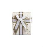 Άσπρο κιβώτιο δώρων με τη μικρή ταινία υφάσματος κύκλων γκρίζα με τον γκρίζο δεσμό Απομονωμένο λευκό Στοκ Εικόνες