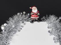 Άσπρο κιβώτιο δώρων με τη σειρά στο μαύρο υπόβαθρο Στοκ φωτογραφίες με δικαίωμα ελεύθερης χρήσης