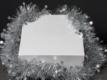 Άσπρο κιβώτιο δώρων με τη σειρά στο μαύρο υπόβαθρο Στοκ Εικόνες