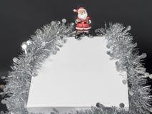 Άσπρο κιβώτιο δώρων με τη σειρά στο μαύρο υπόβαθρο Στοκ Φωτογραφία