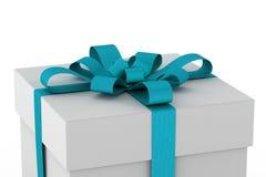 Άσπρο κιβώτιο δώρων με το ανοικτό μπλε τόξο κορδελλών Στοκ Εικόνα