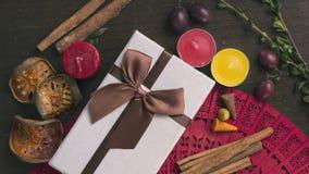Άσπρο κιβώτιο δώρων στο ξύλινο υπόβαθρο, μούρα, κανέλα, φθινόπωρο μ Στοκ Φωτογραφία