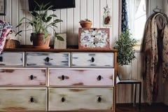 άσπρο κομό επίπλων καθρεφτών τοίχων δωματίων ξύλινο στοκ φωτογραφία