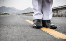 Άσπρο κοστούμι και μαύρο παπούτσι Στοκ Εικόνες