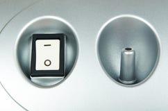 Άσπρο κουμπί διακοπτών δύναμης στην γκρίζα συσκευή Στοκ Εικόνα