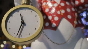 Άσπρο κουνέλι με το ρολόι τσεπών από τη χώρα των θαυμάτων Κινηματογράφηση σε πρώτο πλάνο φιλμ μικρού μήκους