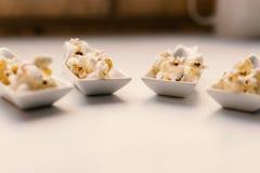 Άσπρο κουτάλι με popcorn στοκ εικόνες