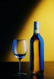 άσπρο κρασί γυαλιού μπουκαλιών Στοκ εικόνες με δικαίωμα ελεύθερης χρήσης