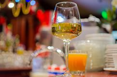 Άσπρο κρασί γυαλιού σε έναν ξύλινο πίνακα Στοκ Φωτογραφίες