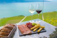 Άσπρο κρασί και κόκκινο κρασί με το πρόχειρο φαγητό μιγμάτων Στοκ Εικόνες