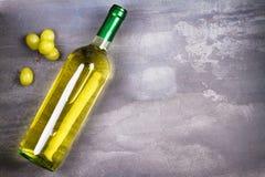 άσπρο κρασί μπουκαλιών ακίνητο κρασί ζωής Τρόφιμα και έννοια ποτών Στοκ Φωτογραφία