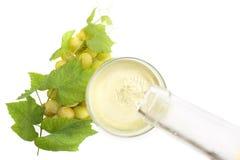 Άσπρο κρασί που χύνεται σε ένα γυαλί στοκ φωτογραφία