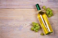 άσπρο κρασί σταφυλιών μπουκαλιών ακίνητο κρασί ζωής Τρόφιμα και έννοια ποτών Στοκ Φωτογραφίες