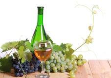 άσπρο κρασί σταφυλιών σύνθ&ep στοκ φωτογραφίες με δικαίωμα ελεύθερης χρήσης