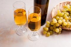 άσπρο κρασί σταφυλιών Άσπρο κρασί στα γυαλιά, μπουκάλι του κρασιού και Στοκ φωτογραφία με δικαίωμα ελεύθερης χρήσης