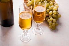 άσπρο κρασί σταφυλιών Άσπρο κρασί στα γυαλιά, μπουκάλι του κρασιού και Στοκ φωτογραφίες με δικαίωμα ελεύθερης χρήσης