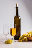 άσπρο κρασί σταφυλιών Άσπρο κρασί στο γυαλί με το μπουκάλι και το σταφύλι Στοκ εικόνες με δικαίωμα ελεύθερης χρήσης