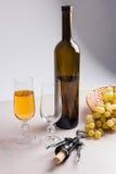 άσπρο κρασί σταφυλιών Άσπρο κρασί στο γυαλί, μπουκάλι, ανοιχτήρι Στοκ φωτογραφία με δικαίωμα ελεύθερης χρήσης