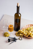 άσπρο κρασί σταφυλιών Άσπρο κρασί στο γυαλί, μπουκάλι, ανοιχτήρι Στοκ εικόνα με δικαίωμα ελεύθερης χρήσης