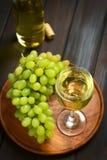 Άσπρο κρασί στο γυαλί με τα σταφύλια Στοκ εικόνα με δικαίωμα ελεύθερης χρήσης