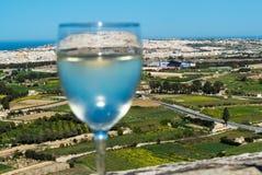 Άσπρο κρασί στο υπόβαθρο νησιών της Μάλτας Στοκ Φωτογραφίες