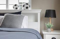Άσπρο κρεβάτι με το ποδόσφαιρο στην κορυφή στοκ εικόνες με δικαίωμα ελεύθερης χρήσης